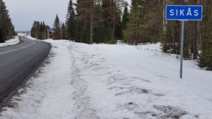 Vid ortsskylten gick bilen av vägen och stannade mot en gran ca 150 meter bort.